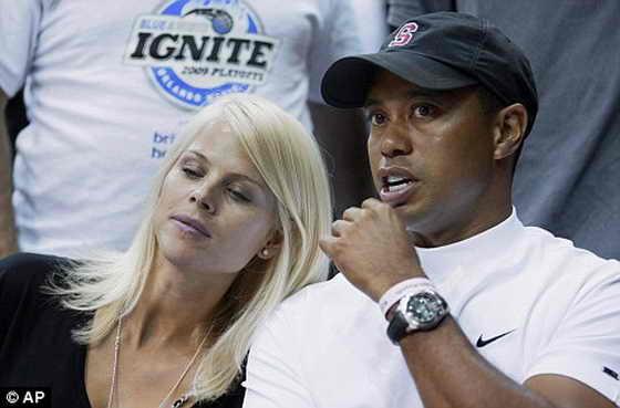 Тайгер Вудс со своей женой Элин, ранее в этом году вместе на баскетбольном матче