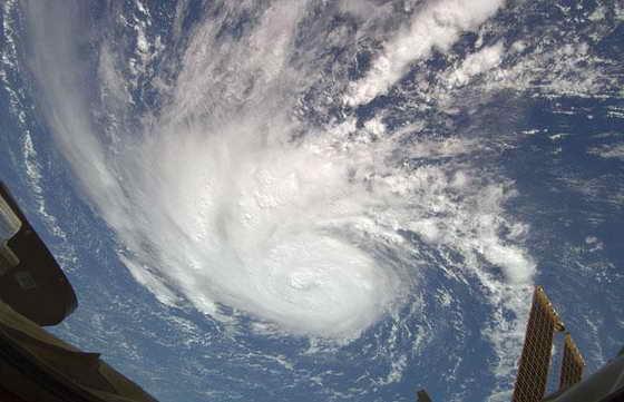 На этой фотографии видно, что делается с облками во время ураган Берта. Фотография также взята с Международной космической станции