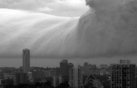 Полярные мезосферные или люминесцентные облака формируются из кристаллов замерсшей воды и являются самыми высокими облаками в атмосфере Земли, расположенные в мезосфере на высоте примерно от 76 до 85 км