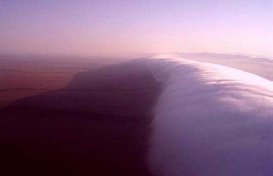 Волна облаков Кельвина-Гельмгольца образуется, когда два воздушных слоя начинают двигаться с разной скоростью и в противоположных направлениях