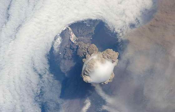 Сквозь скопление облаков видно вулкан Сарычев (Курильские острова, северо-восток Японии). Эти потрясающие фотографии взяты с Международной космической станции. На фото видно, как необычно тянется шлейф из пепла и пара