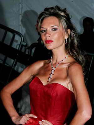 2006 год: Виктория Бэкхем с нарощенными волосами, собранными в высокую прическу