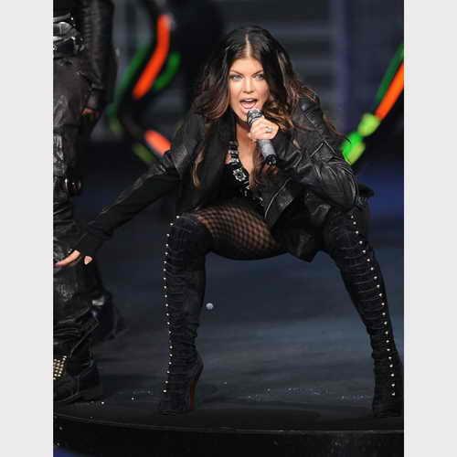 """Ферги из группы """"Black Eyed Peas"""" развлекает публику в черном облигающем костюме"""