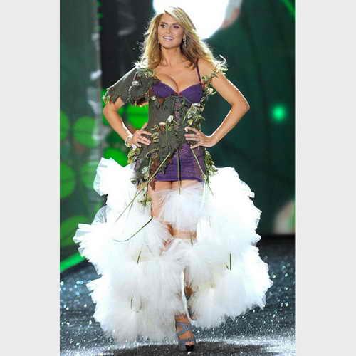 Немецкая супермодель поразила публику своей идеальной фигурой, выйдя на подиум ежегодного модного шоу Victoria's Secret в Нью Йорке в малиновой корсете спустя месяц после рождения дочери