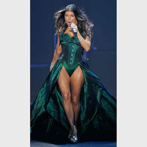 """Ферги из """"Black Eyed Peas"""" в сексуальном зеленом платье с корсетом"""