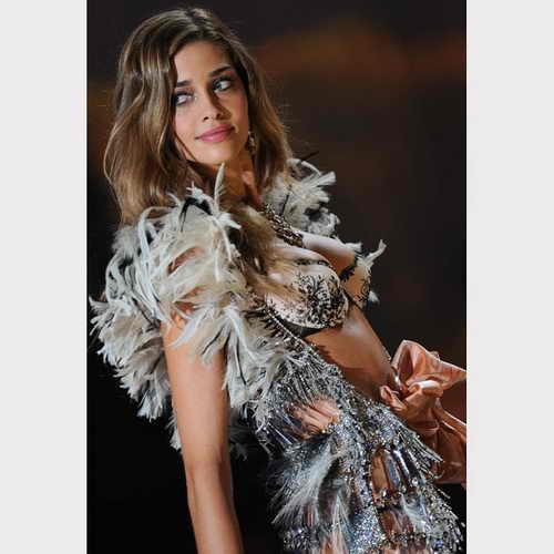 Модель Беатрис Баррос вышла на подуим в изысканном белье из перьев