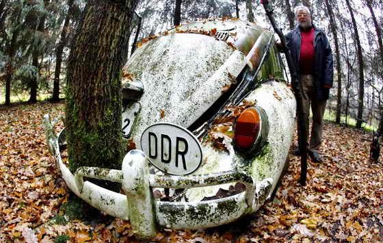 46-летний Volkswagen Жук с номером из бывшей Восточной Германии в саду Otto Weymann в Фульдаталь вблизи Касселя, центральной Германии. Weymann говорит, что он купил машину как раз 20 лет назад, 9 ноября у двух восточных немцев, которые только что пересекли границу между Восточной и Западной Германии, когда упала знаменитая Берлинская стена. Weymann припарковал Volkswagen в своем саду и посадил деревья в передней и задней части автомобиля