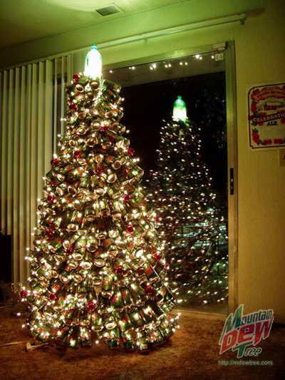 Новогодняя елка украшеная пивными баночками. Для любителей пива.