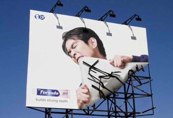 Чтобы убедить нас в том, что зубная паста Formula делает зубы крепкими, рекламщики решили загнуть нижний угол рекламного плаката, создав иллюзию, что модели удалось это сделать зубами