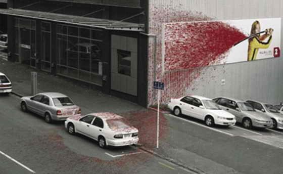 """Кровь бьет красной струей от меча Умы Турман на всю улицу и два автомобиля в Окленде, Новая Зеландия. Такой необычный кровавый подход к рекламе фильма Тарантино """"Убить Билла"""""""