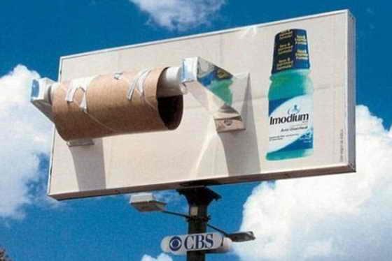 Вот такую необычную рекламу придумали для лекарства от  диареи Имодиум: прикрепили к американскому биллборду огромный пустой рулон туалетной бумаги