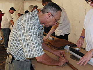 Мастер за работой над самой длинной сигарой