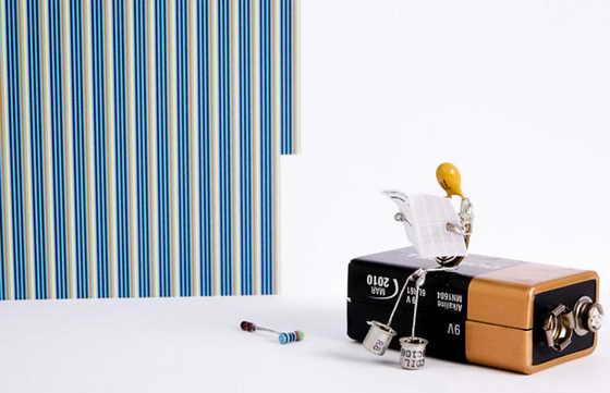 """Ленни и Мэриэл, которые живут вместе со своими двумя детьми в Гернси, Нормандские острова, делают модели - такие, как на это йфотографии, под названием """"Перерыв"""" - из электронных запасных частей, включая светодиоды, конденсаторы, резисторы и куски проволоки"""