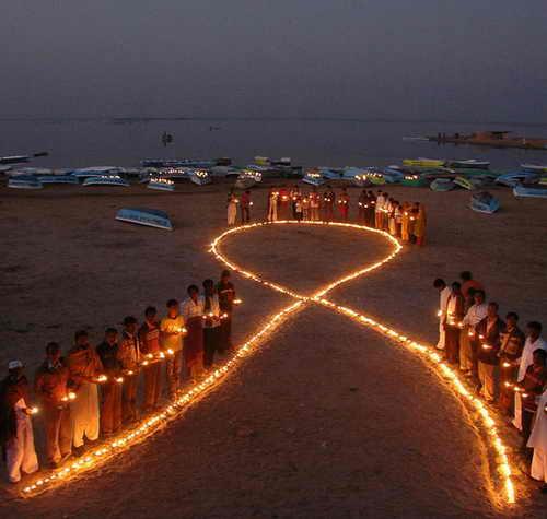 Люди делают ленту с помощью фонариков в птичьем заповеднике Нал Саровар, возле Ахмадабад, Индия