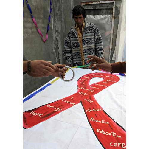Пациенты Медицинского центра имени Майкла делают плакат для Всемирного дня борьбы со СПИДом в Сахаре в Нью-Дели