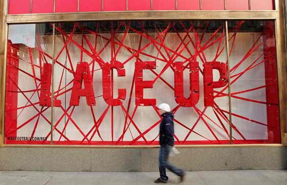 Витрины магазина Niketown в Лондоне демонстрируют партнерскую программу по борьбе со СПИДом