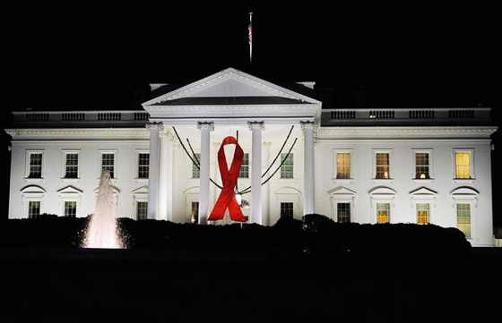 Красная ленточка висит в Всемирный день борьбы со СПИДом у входа в Белый дом