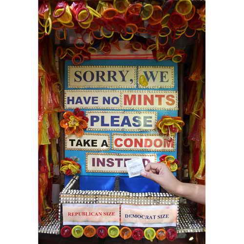 """Посетитель берет бесплатный презерватив вместо мятной конфеты в ресторан под названием """"Капуста и презервативы"""" в Бангкоке, Таиланд"""