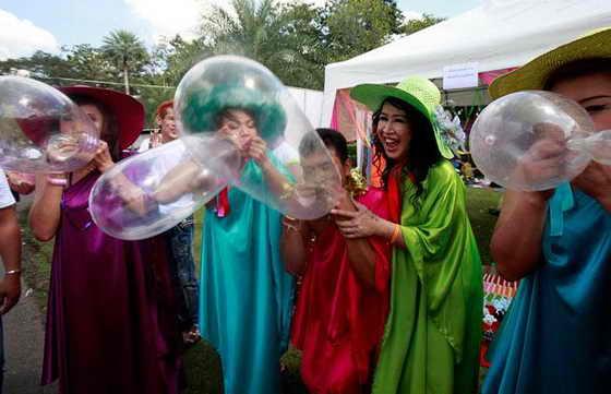 Члены организации SWING, некоммерческой организации для работников секс-бизнеса, надувают презервативы в Бангкоке