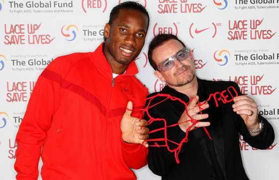 Футболист Дидье Дрогба и певец Боно демонстрируют красные шнурки, которые они создали в партнерстве со спортивной маркой Nike, деньги от продажи оторых будут направлены на борьбу с ВИЧ / СПИДом в Африке