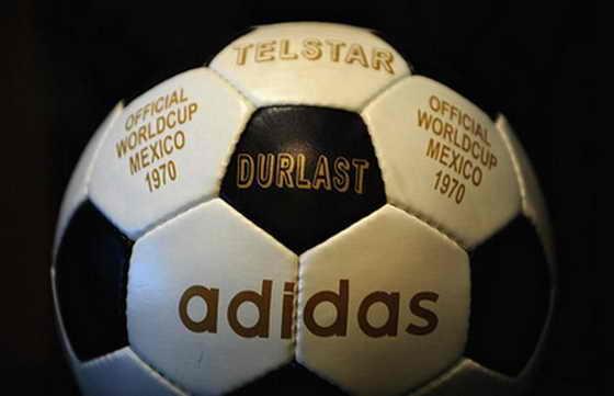 Adidas Telstar, официальный мяч матча Чемпионата мира по футболу 1970 года в Мексике. Впервые мяч был выкрашен в черно-белые секции, чтобы мяч лучше был виден по черно-белому телевизору