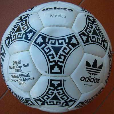 Adidas Azteca, официальный мяч матча Чемпионата мира по футболу 1986 года в Мексике. На создании такого мяча дизайнеров вдохновили архитектура и фрески ацтеков