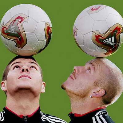 Стивен Джеррард, слева, и Дэвид Бекхэм представляют Fevernova Adidas, официальный мяч Чемпионата мира по футболу 2002 года в Корее и Японии. Хотя мяч и сильно критиковали, он совершил переворот в футболе, ведь его дизайн был первым, который получил обновление с 1978 года