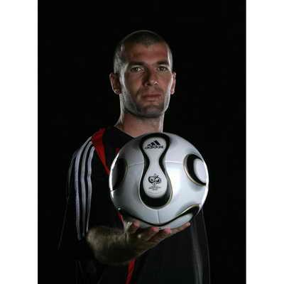 Зинедин Зидан представляет Adidas Teamgeist, официальный мяч Чемпионата мира по футболу 2006 года в Германия. Дизайнеры утверждают, что это самый круглый мяч из когда-либо созданных