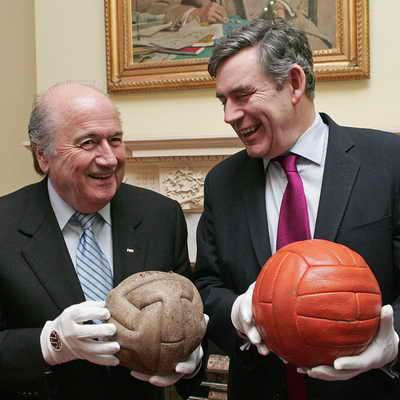Президент FIFA Зепп Блаттер, слева, держит мяч, который был в 1930 на Чемпионат мира по футболу, с Гордоном Брауном, держащим мяч с Чемпионата мира по футболу 1966 года