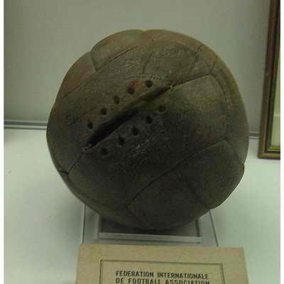 В 1930 году финал Кубка мира разыгрывался между двумя футбольными командами Уругвая и Аргентины. Из-за разногласий было принято решение играть различными мячами в разных иаймах. Аргентинским мячом играли в первом тайме ...