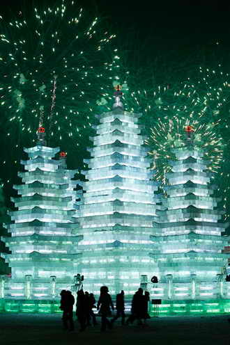 Пагода на фоне фейерверка