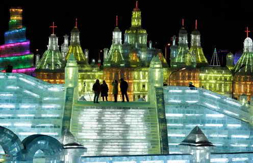 Блоки льда - главный строительный элемент сказочного города