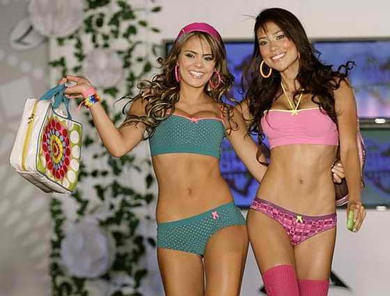 Модели идут по подиуму, представляя нижнее белье испанского дизайнера Vinayaka на DFashion в Мехико