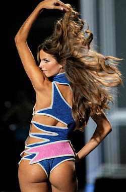 Модель Victoria's Secret позирует, представляя новую коллекцию нижнего белья модной марки в Нью-Йорке
