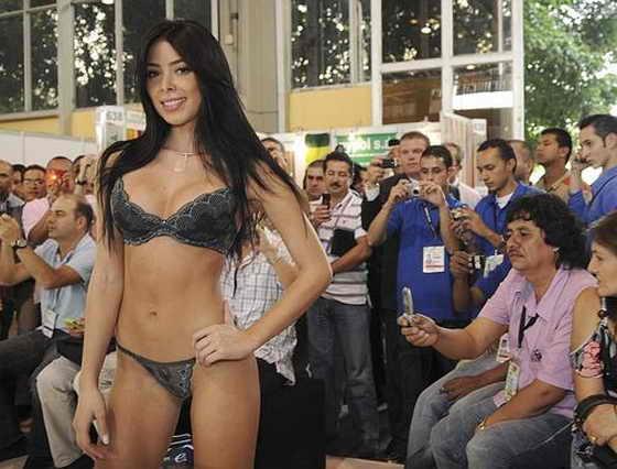 Красивая колумбийская модель демонстрирует белье от St. Even