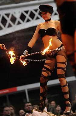 Участники шоу продают все: от клубной одежды, изделий из кожи и резины в фетиш, купальных костюмов до нижнего белья на выставке Erotica 2009 года в Лондоне