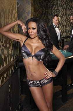 Бывшая участница Spice Girl Mel B работает моделью на одном из показов нижнего белья компании Ultimo в казино Лас-Вегаса