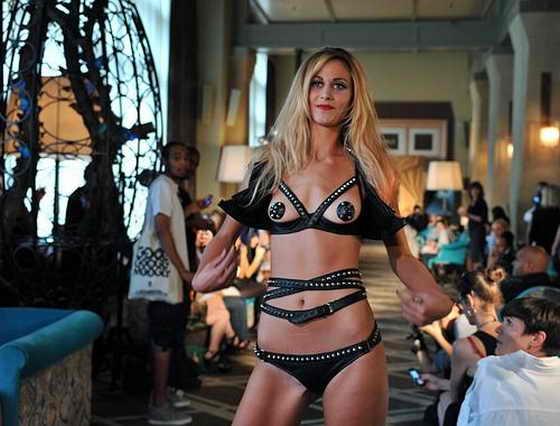 Моедль позирует, завершая модный показ Agent Provocateur весна 2010 в Нью Йорке