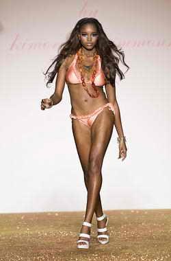 Модель идет по подиуму на модном показе Baby Phat весна 2010 на Недели Моды в Нью Йорке