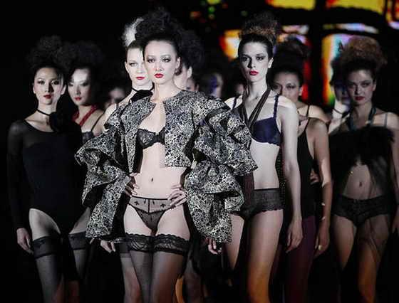 Международный бренд Shanghai Mode Lingerie демонстрирует свои модели на модном шоу в Шанхае, Китай, на ежегодном модной показе нижнего белья и пляжной одежды