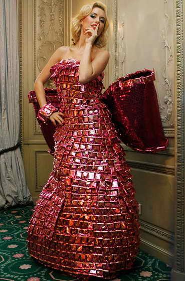 Немецкая модель Алена Гербер позирует в платье, полностью сделанном из шоколадных кондитерских изделий Lambertz