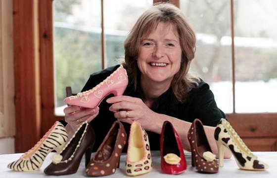 Модельер и дизайнер Фрэнсис Кули (Frances Cooley) из Бристоля демонстрирует свою новую коллекцию туфель на каблуках, сделанную из чистого шоколада. На эту необычную идею дизайнер вдохновилась, случайно найдя старое лекало туфельки из шоколада в Бельгии