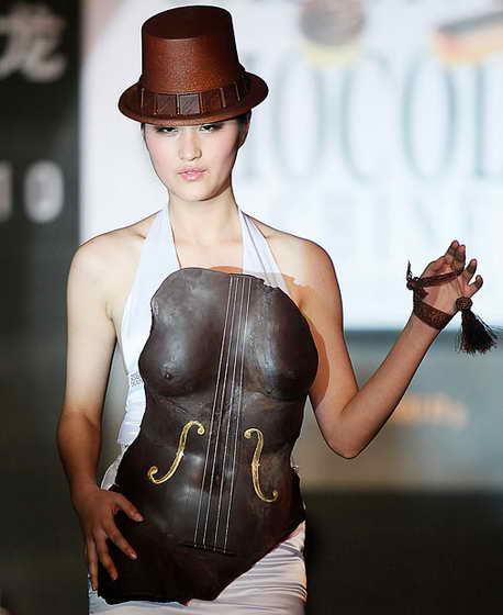 На китайской версии Salon du Chocolat модель дефилирует в шоколадной шляпе, необычном шокладном корсете, держа в руке шоколадные аксессуары