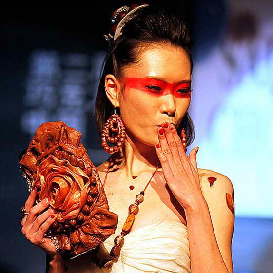 Китайская модель демонстрирует оригинальную сумочку из шоколада