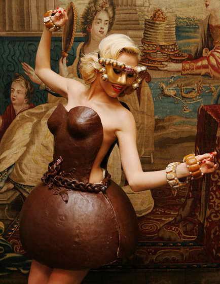 Немецкая модель Алена Гербер демонстрирует оригинальное платье шоколада, сделанное немецкой кондитерской группой Lambertz