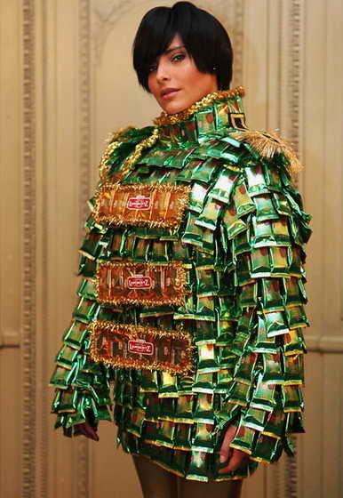 Немецкая актриса Софи Томалла одета в креативное платье, сделанное из пачек шоколадного печенья
