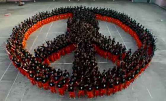 Танец заключенных под песни Майкла Джексона пропагандирует мир во всем мире