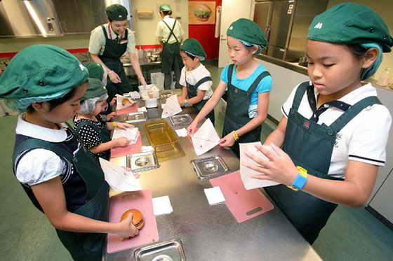 Дети играют в мастеров-кулинаров по изготовлению гамбургеров