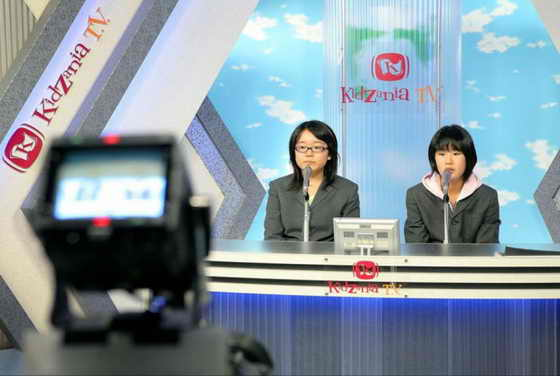 Будущие дикторы телевидения читают новости в прямом эфире