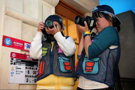 Дети выступаю в роли профессиональных фотографов
